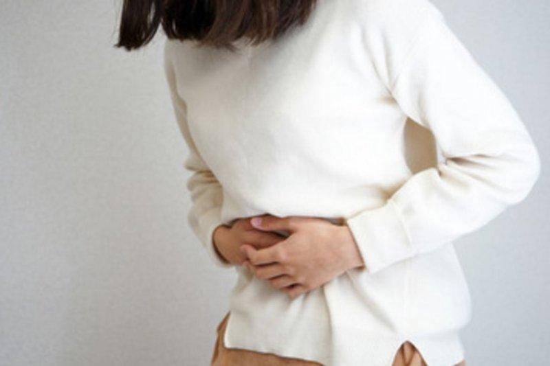 肚子痛、腹瀉……這是非常常見的腹部不適症狀,但是你知道嗎?這背後可 能另有隱憂存在。(圖/擷取自Getty Image)