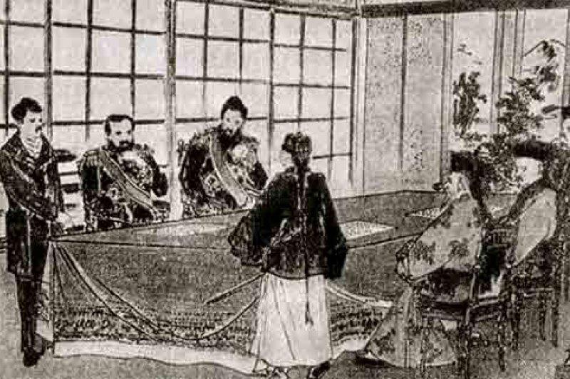 馬關條約後清廷將台灣割讓給日本,作者表示,到了日本二戰戰敗於1952年與代表中國的中華民國蔣氏政權在台北簽訂中日和約,間接證據將台澎歸還中國。圖為日本人繪製的《馬關條約》簽字圖(翻攝Wikipedia)