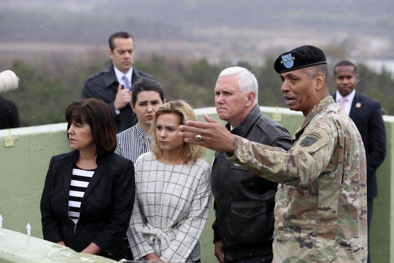 正在南韓進行訪問的美國副總統彭斯(Mike Pence)17日與妻女前往板門店兩韓交界的非軍事區(DMZ)視察,右為駐韓美軍司令布魯克斯(Vincent Brooks)(AP)