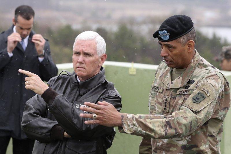 正在南韓進行訪問的美國副總統彭斯(Mike Pence)17日前往板門店兩韓交界的非軍事區(DMZ)視察,右為駐韓美軍司令布魯克斯(Vincent Brooks)(AP)