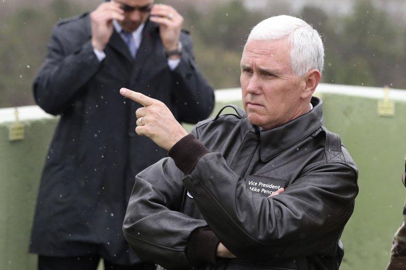 正在南韓進行訪問的美國副總統彭斯(Mike Pence)17日前往板門店兩韓交界的非軍事區(DMZ)視察(AP)
