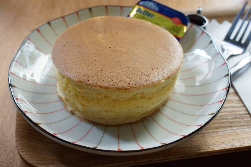 不同於格子狀的鬆餅,厚鬆餅口感更厚實,淋上蜂蜜也是一絕!(圖/挪威 企鵝@Flickr)