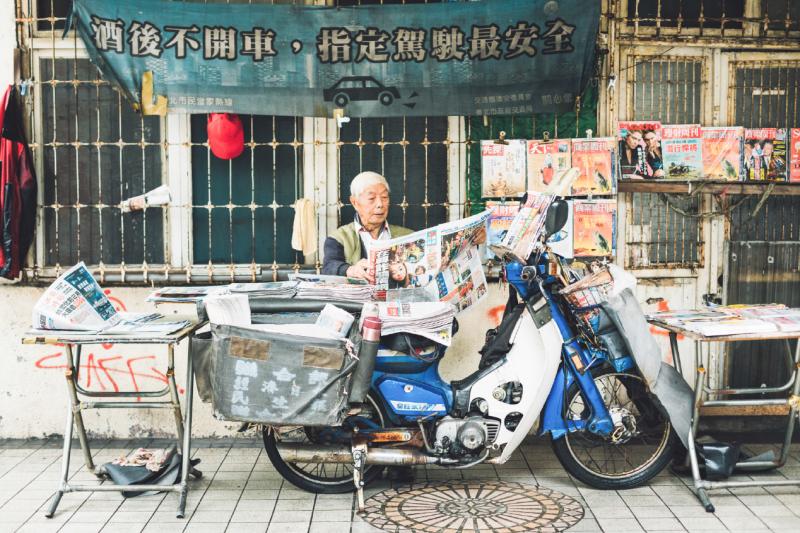 「爺爺,為什麼年紀這麼大,還在賣報紙?」我總是告訴他們:「很好欸,賣報紙很好玩底。」(圖/小日子提供)