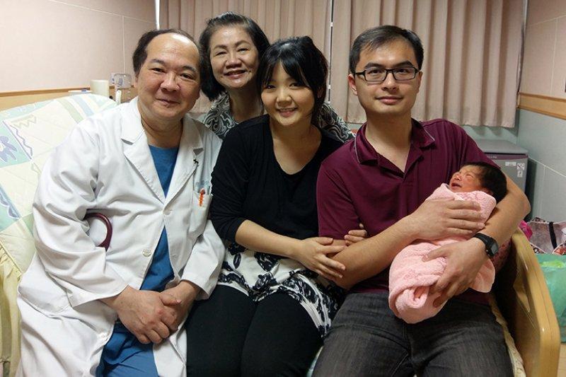 從醫30年的聖保祿醫院婦產科戴維琛醫師(左前一)為自己女兒接生。(圖/聖保祿醫院提供)