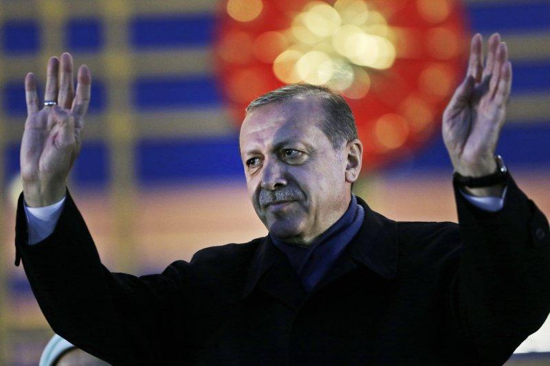 土耳其公投通過修憲,總統職權將大幅擴張,美國總統川普17日恭賀土國總統艾爾多安。(美聯社)