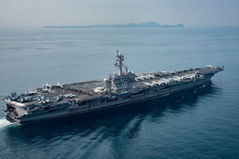 正在巽他海峽一帶航行的卡爾文森號航空母艦。(卡爾文森號臉書)
