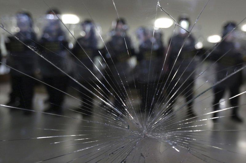 巴西年金改革:休假中的現役員警不滿改革法案,硬闖國會眾議院(AP)