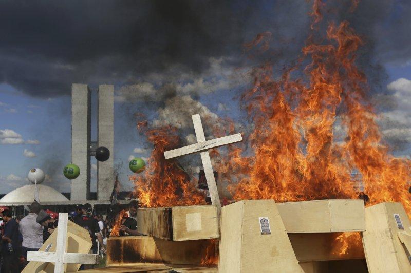 巴西年金改革:休假中的現役員警反對改革法案,焚燒棺材大表不滿(AP)