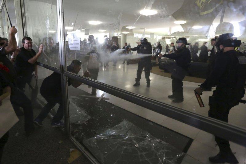 巴西年金改革:駐守國會眾議院的鎮暴警察用橡膠子彈和催淚瓦斯驅離示威者,形成「警察打警察」畫面(AP)