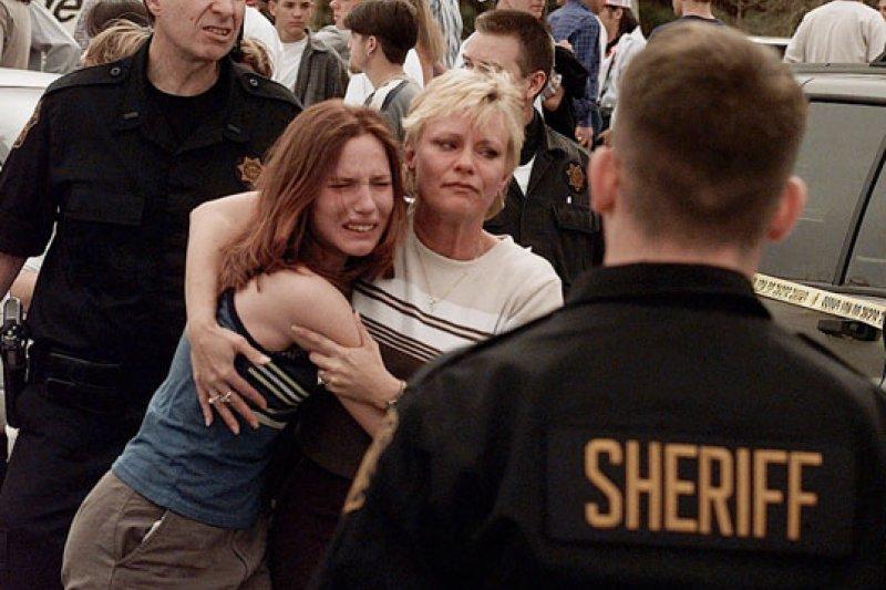 科倫拜高中槍擊案的當天,驚魂未定的倖存女學生抱緊母親(AP)