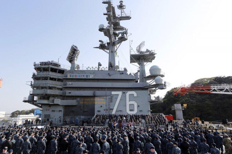 美國副總統彭斯登上雷根號核動力航母發表演說。(美聯社)