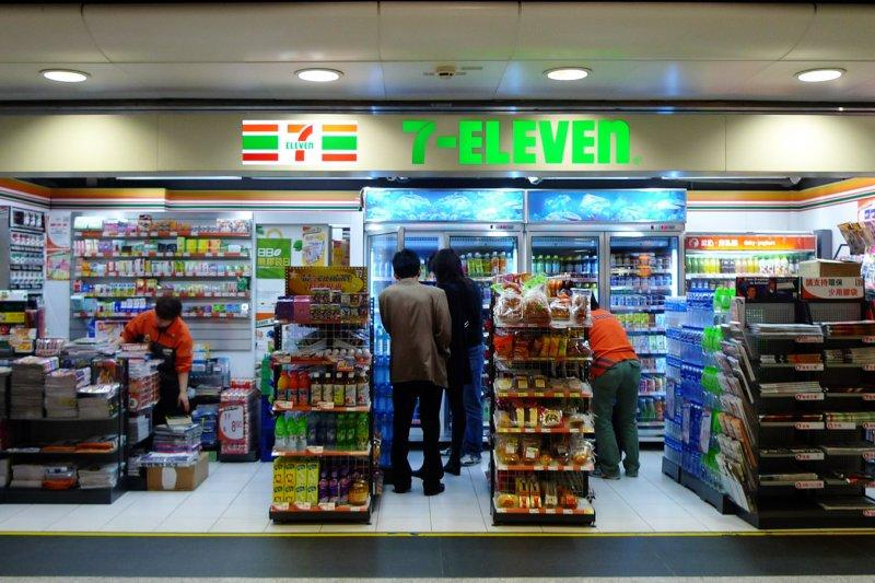 超商東西越賣越多、店員技能越來越強,但薪水為何不必「越來越高」呢?(圖/Lucius Kwok@Flickr)