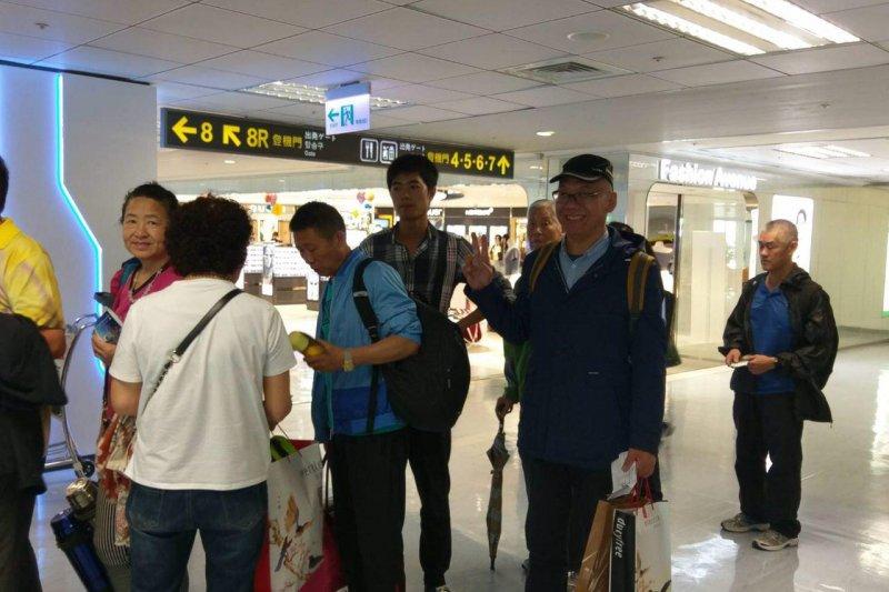 中國民運人士張向忠原欲跳機尋求政治庇護,卻於今早10點登機返國,並購買伴手禮。( 風傳媒)