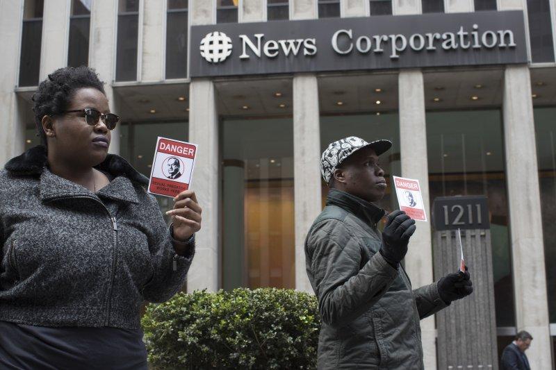 抗議歐萊利的民眾到福斯公司老闆梅鐸旗下的新聞集團(News Corp)紐約總部抗議(AP)