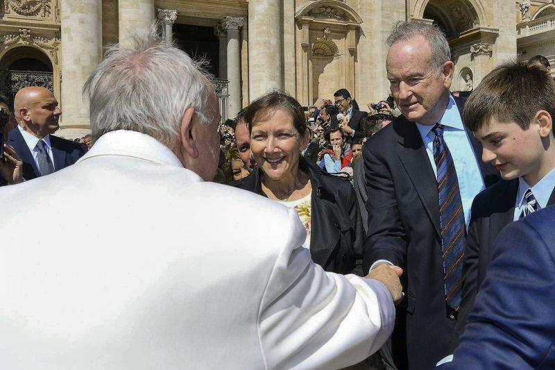 19日上午,正在梵蒂岡度假的歐萊利(中)與教宗握手(AP)