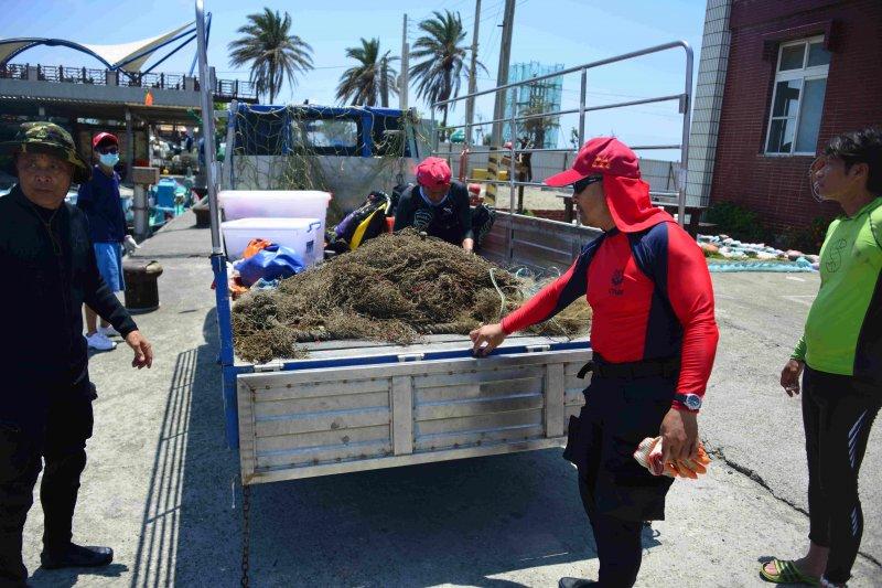 活動共清理了約27公斤垃圾,清理的垃圾種類以漁網最多,其他還有釣具及鉛塊等。(圖/高雄市海洋局提供)