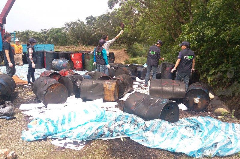 不肖業者將55件廢棄大油桶棄置在一處公有空地。(圖/龍潭分局提供)
