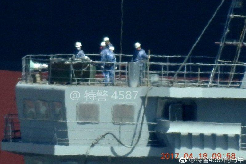 微博網友4月18日實拍中國國產航母的現況,工作人員正在進行艦島塗裝。(翻攝微博)
