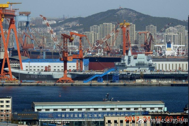 微博網友4月18日實拍中國國產航母的現況,艦島塗裝已基本完成。(翻攝微博)