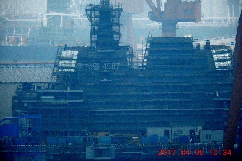微博網友4月5日實拍中國國產航母的現況,當時艦島鷹架尚未拆除。(翻攝微博)