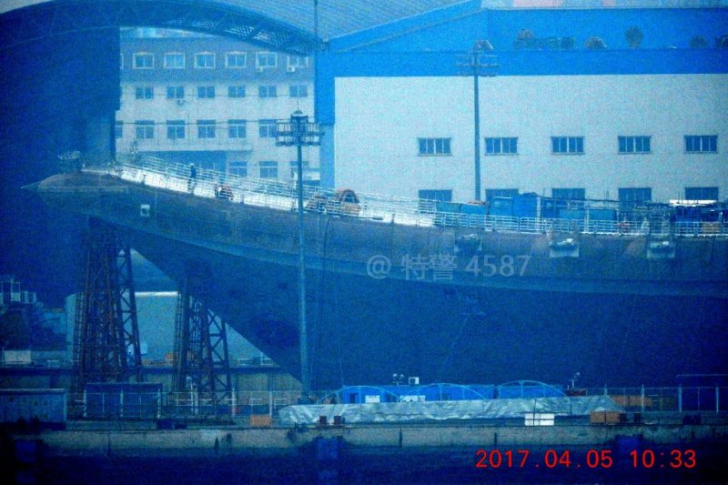 微博網友4月5日實拍中國國產航母的現況,當時鷹架尚未拆除。(翻攝微博)