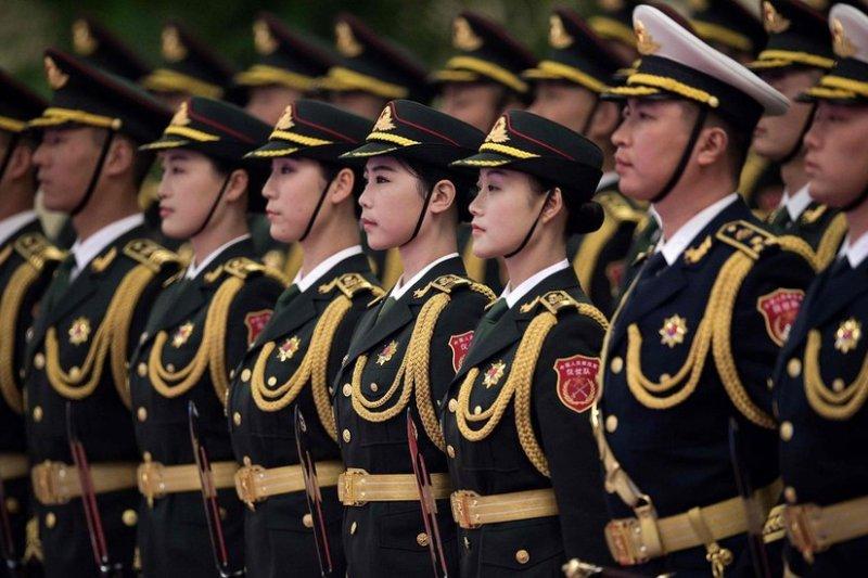 以前的7大軍區減少到現在的5大戰區,各戰區對中央軍委負責。圖為中國人民解放軍儀仗隊。(BBC中文網)