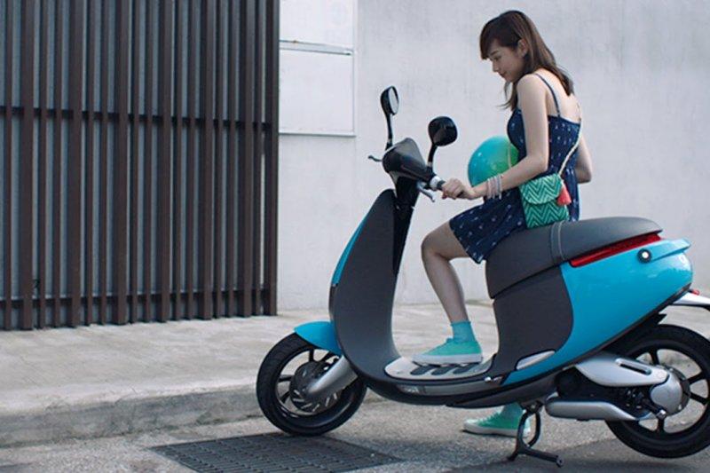 政府為了擴大電動機車市佔率、鼓勵電動機車產業發展,計畫將推動電動機車共通電池,意即未來消費者無論買哪家的電動機車、都能用一樣的電池及換電站。(資料照,取自Gogoro Taiwan@youtube)