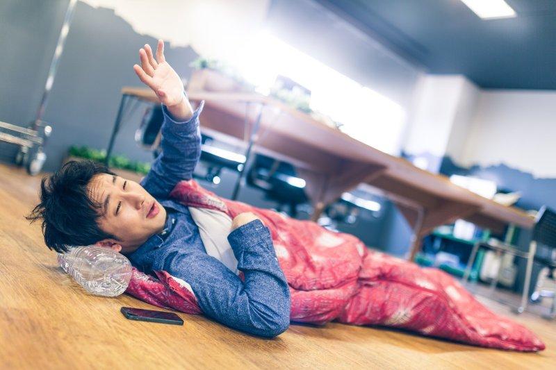 上班久坐感到肩頸痠痛又疲倦,問題可能出在吃下肚的食物...(示意圖/Pakutaso)