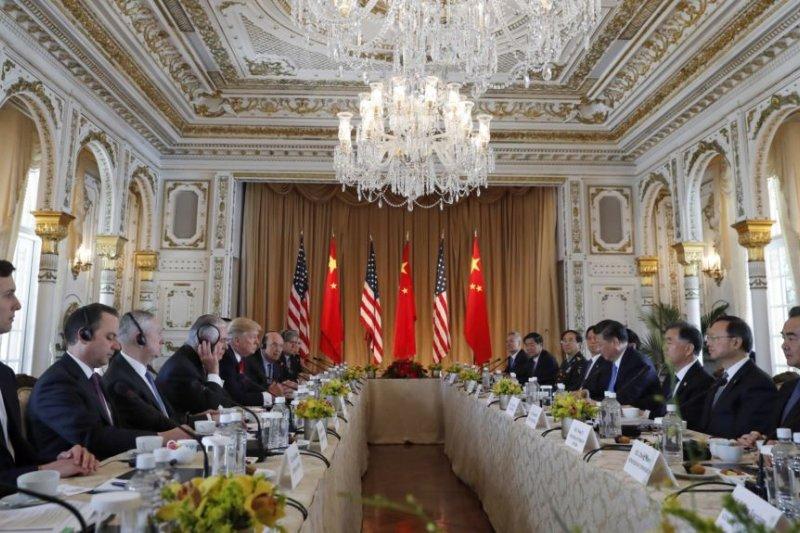 美國總統川普及其手下高官同中國主席習近平及其手下高官在海湖莊園舉行雙邊會談。(美國之音)
