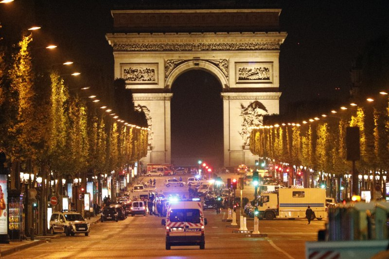 巴黎的香榭麗舍大道20日晚間發生恐攻後封閉。(美聯社)