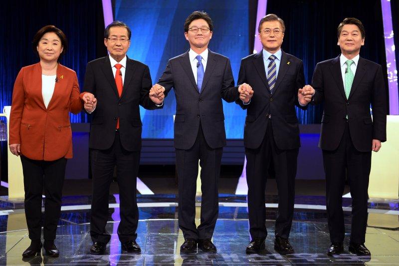 南韓總統候選人(由左至右)沈相奵、洪準杓、劉承旼、文在寅和安哲秀在電視辯論會上交鋒。(AP)