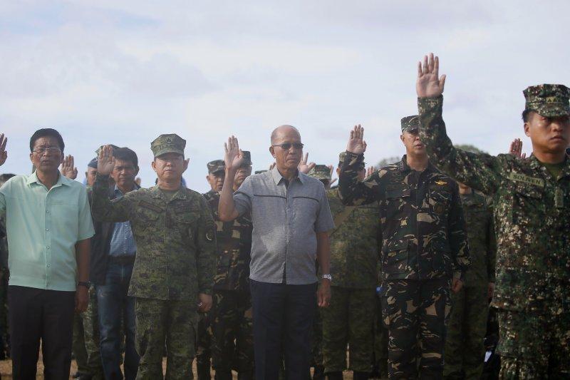 菲律賓國防部長羅倫沙納(Delfin Lorenzana)21日登上南海中業島(Thitu Island)視察(AP)