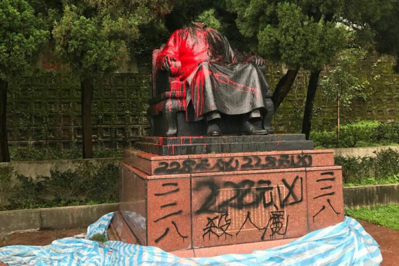 台北市陽明公園花鐘旁蔣介石銅像22日遭人斬首、潑漆毀損(北市府)