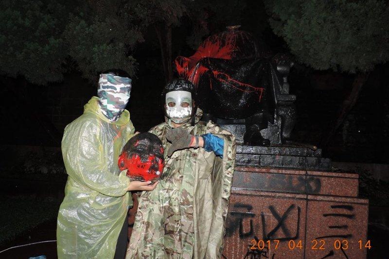 蔣介石像遭到砍頭,台灣建國工程隊表示要以牙還牙,以眼還眼,弔祭被砍頭的八田與一。(台灣建國工程隊提供)