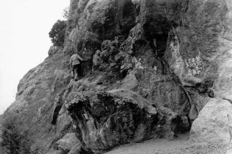 西安事變的第一現場,也就是蔣介石當初被扣留的山崖。崖壁後來由國民黨人寫下「蔣委員長蒙難處」。