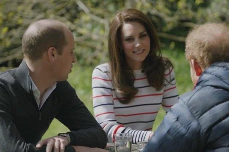 英國威廉王子(左)、凱特王妃(中)、哈利王子(右),在英國王室最新公布的短片中坐下來談心,並呼籲大家打開心房,重視心理健康。(取自The Royal Family官方臉書)