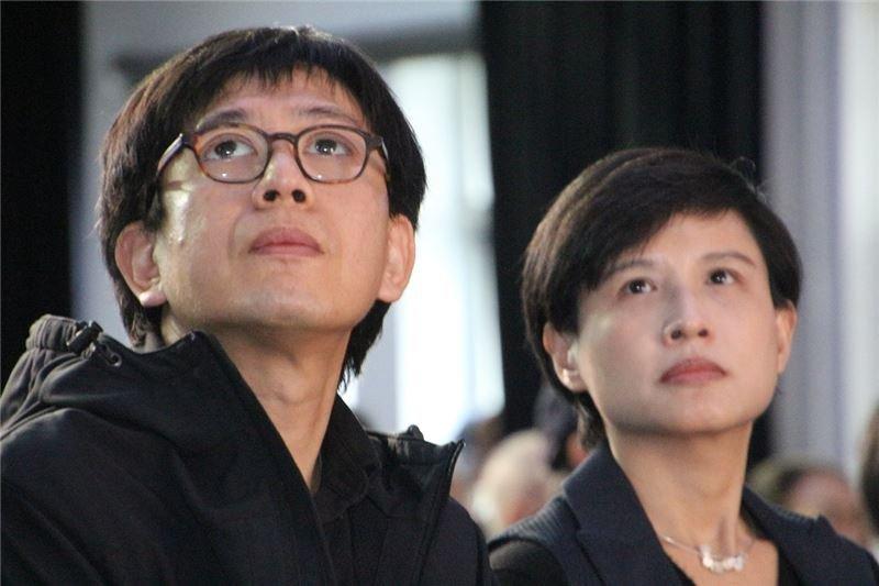 文化部長鄭麗君23日出席陳孟和追思會,並向陳孟和之子陳柏均致意。(取自人權博物館網站)