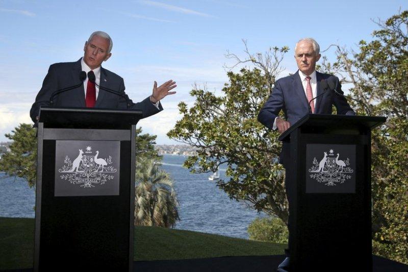 美國副總統彭斯(Mike Pence,圖左)抵達澳洲後,即與澳洲總理騰博(Malcolm Turnbull)召開聯合記者會,表示美國將會履行難民協議,安撫老盟友澳洲。(AP)
