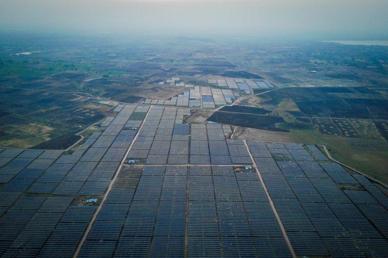 作者說,以基礎的發電及儲能系統架設,不僅費用大幅縮減,回收期程也縮短,這樣不但有擴充的空間,社會負擔降低,人民接受度也提高。(資料照,新華社)