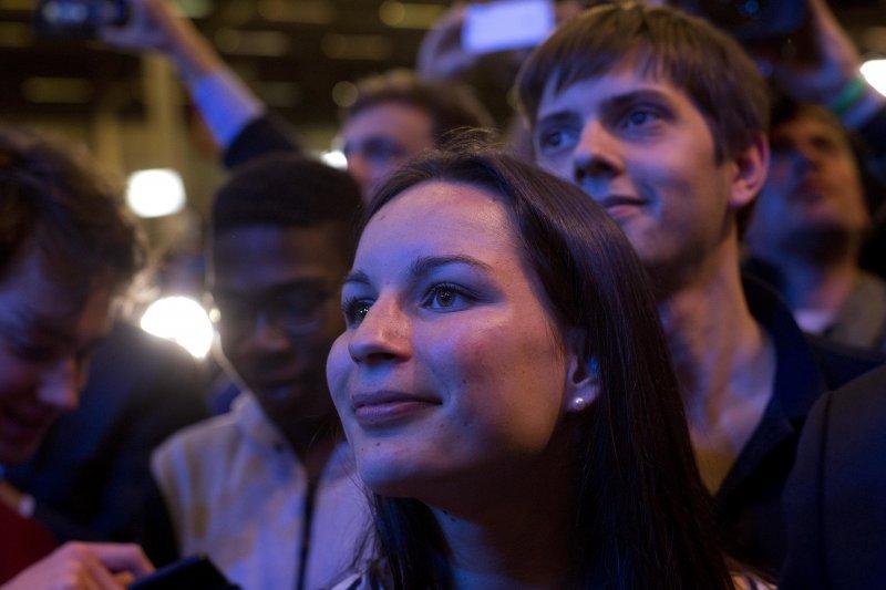 法國總統大選23日進行第一輪投票,中間派候選人馬克宏(Emmanuel Macron)的支持者歡欣鼓舞(AP)