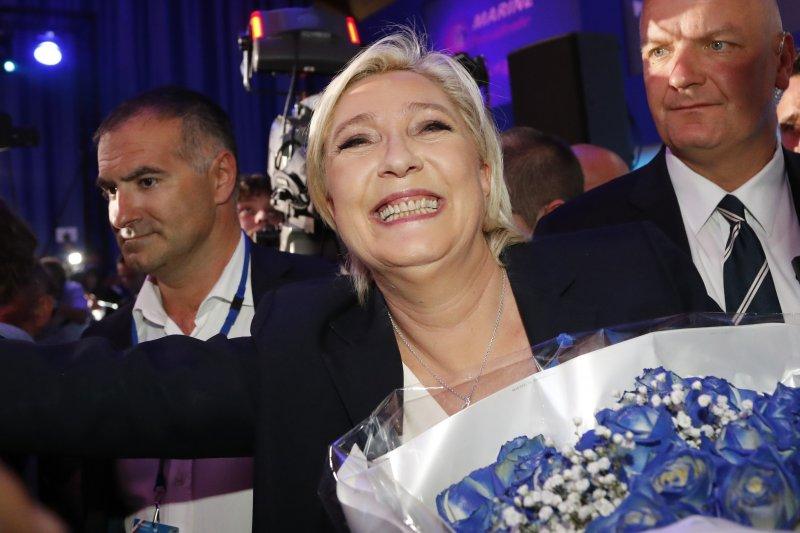 法國總統大選23日進行第一輪投票,極右派「民族陣線」(FN)候選人勒潘(Marine Le Pen)進入第二輪,接受支持者祝賀(AP)