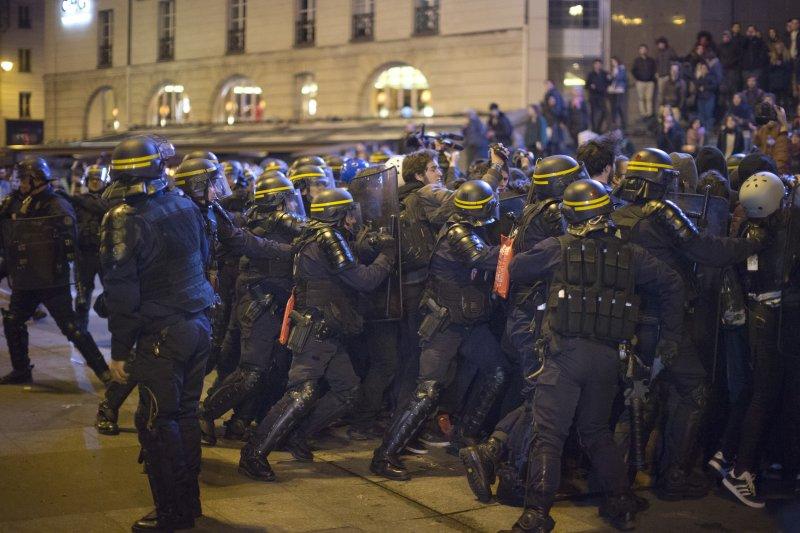 法國總統大選23日進行第一輪投票,極右派候選人勒潘晉級第二輪,引發民眾「反法西斯」抗議(AP)