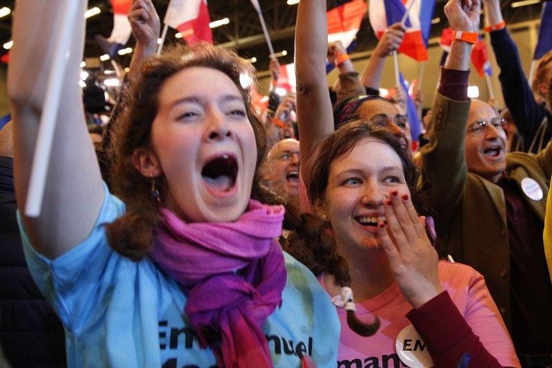 法國總統大選4月23日進行第一輪投票,中間派候選人馬克宏的支持者歡欣鼓舞(AP)