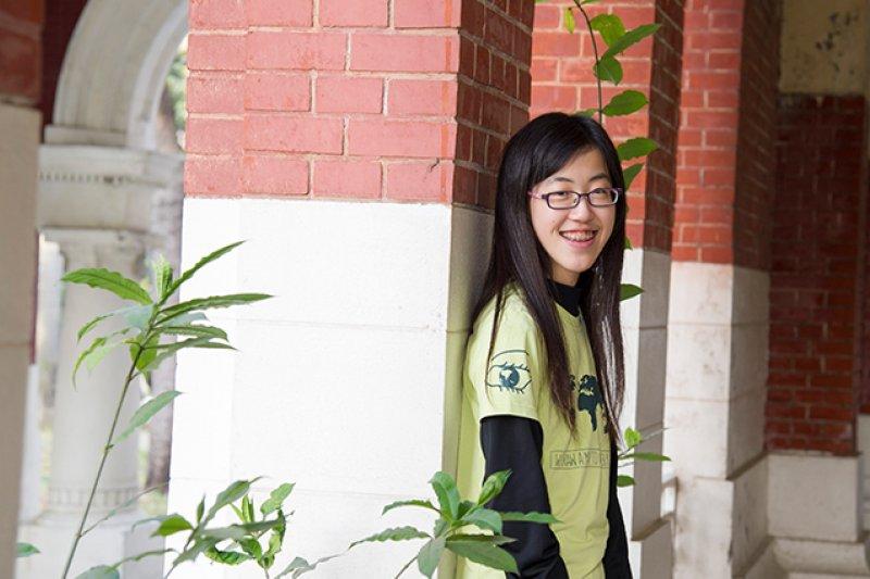 黃琬婷今年剛滿18歲,不平凡的經歷,讓她獲得多所國外知名大學的錄取通知。(圖/劉潔萱攝,親子天下提供)