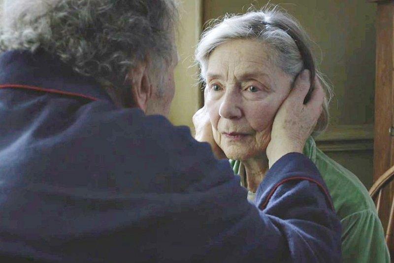 電影《愛.慕》講述愛到無助且無力的兩人。(翻攝自youtube)