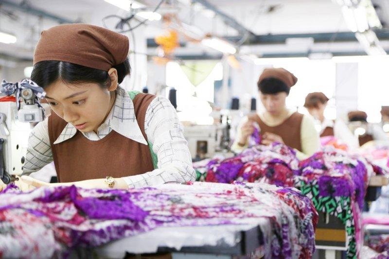 現在,我們不稱「女工」了,我們稱為「女作業員」,但他們的處境改變了嗎?(圖/外鄉女提供)