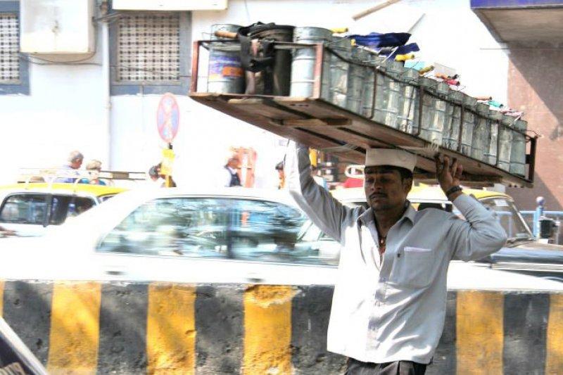 在印度,有種最特別的職業──替老婆送便當給老公。(圖/寫樂文化)