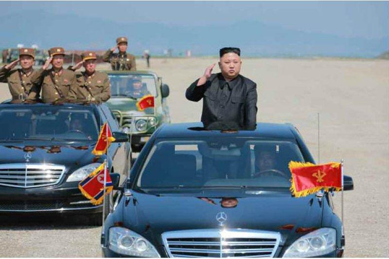 北韓砲兵在元山市進行射擊演練,金正恩到場檢閱部隊。(勞動新聞)