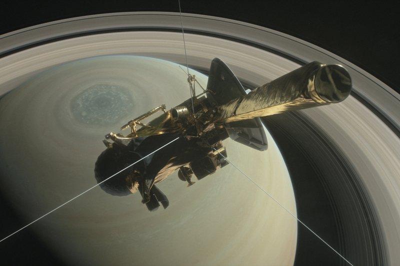 美國NASA卡西尼號太空船因燃料耗盡,26日晚間展開探測土星和土星環之間的最終任務(翻攝NASA)