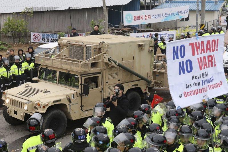 美軍的薩德反飛彈系統在南韓開始部署,面對民眾的強大抗議聲浪,南韓警方設法架開抗議者,讓美軍裝備能夠通過。(美聯社)